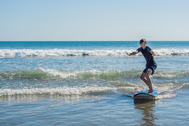 バリ島でサーフィン中の男性