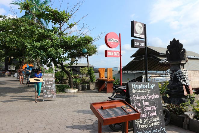 バリ島エコビーチ沿いのワルン