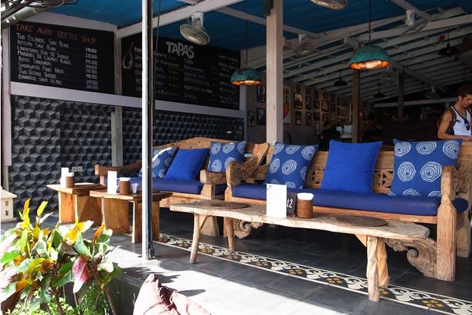 バリ島エコビーチにあるカフェのソファ