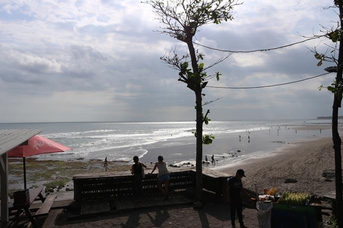 バリ島エコビーチの海岸は黒い砂