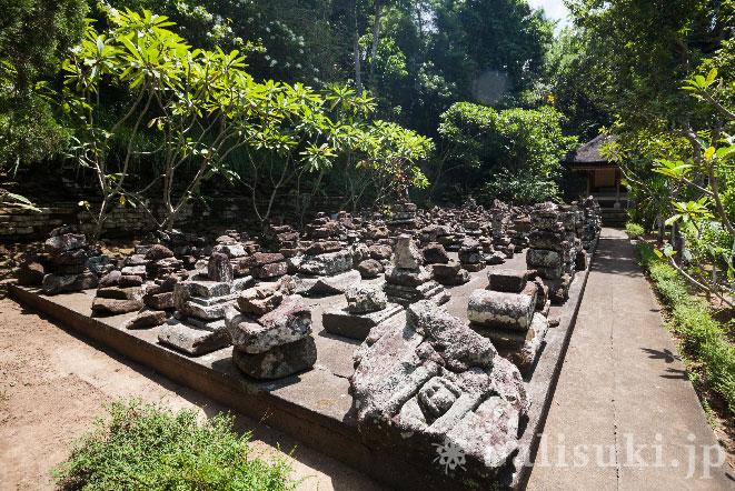 バリ島ゴアガジャ寺院の積み上げられた石