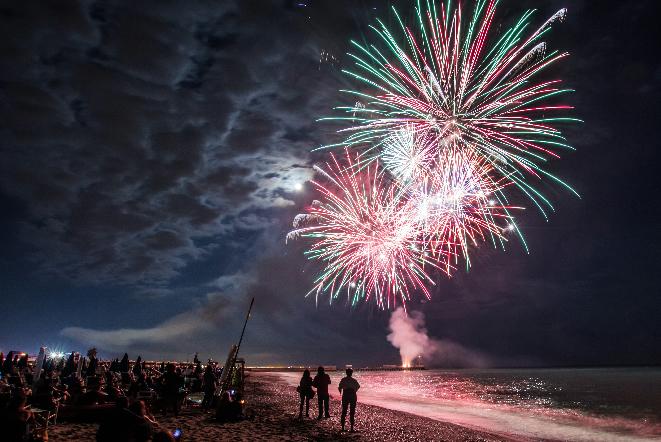 バリ島の年末年始ビーチでのカウントダウン花火